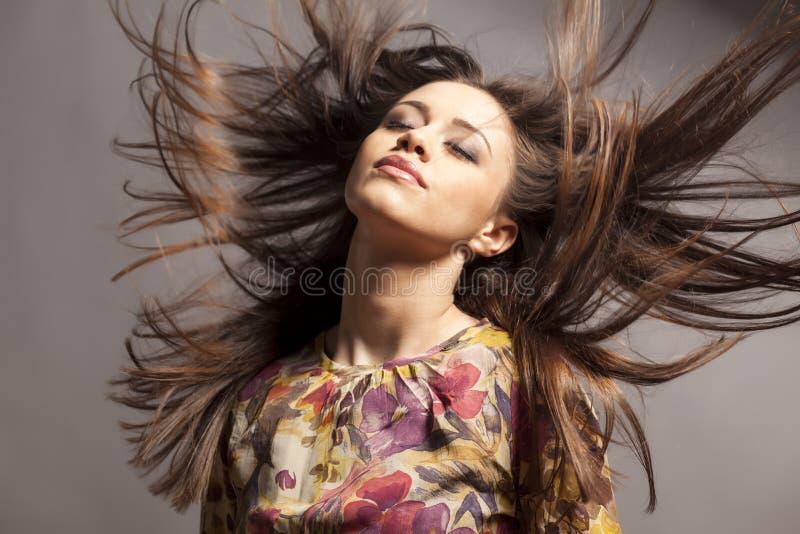 волосы девушки ветреные стоковое фото rf
