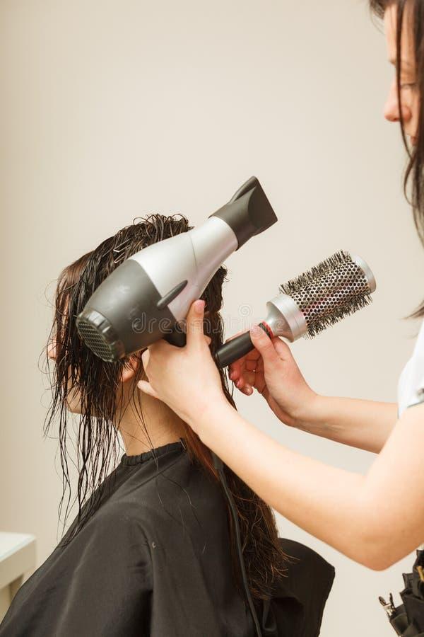 Волосы женщины дизайна парикмахера темные длинные стоковые фото