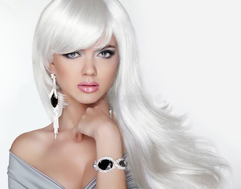 волосы длиной Девушка моды белокурая с белым волнистым стилем причёсок Expensi стоковое изображение rf