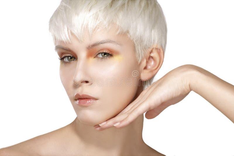 Волосы красоты модельные белокурые короткие показывая совершенную кожу стоковые изображения rf