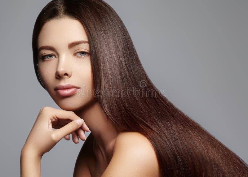 Волосы моды длинные Красивая девушка брюнет, Здоровая прямая сияющая прическа Модель женщины красоты Ровный стиль причёсок стоковые фотографии rf