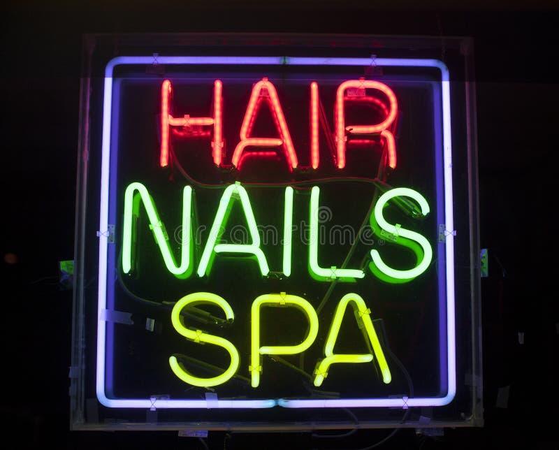 Волосы, ногти и неоновая вывеска спы стоковая фотография rf