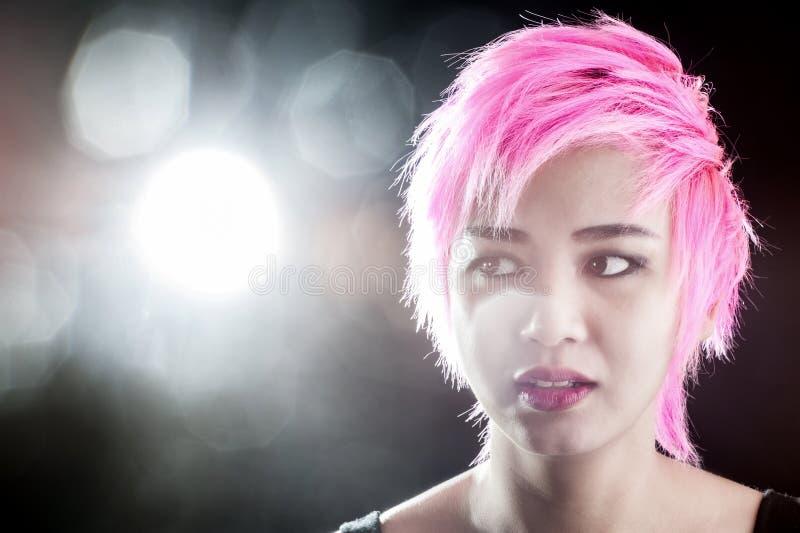 Волосы портрета довольно молодые розовые стоковое фото