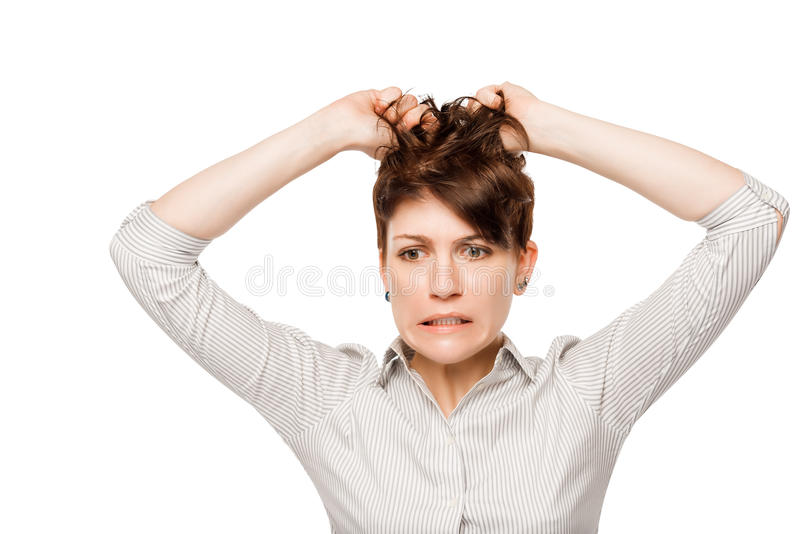Волосы разочарованной сердитой женщины срывая на его голове стоковые фотографии rf