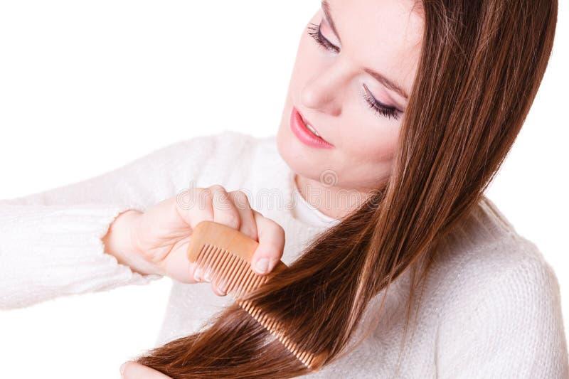 Волосы расчесывать и тяг женщины стоковые фото