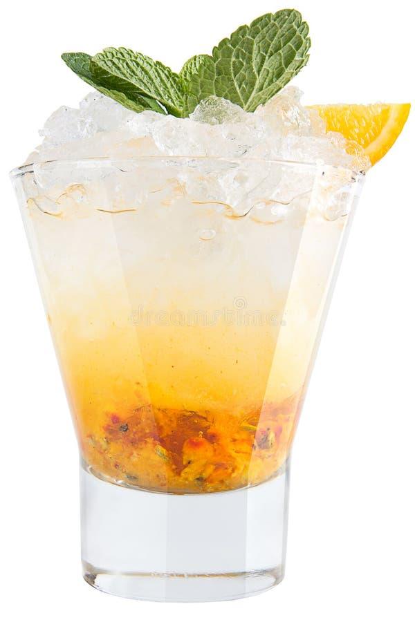 Водочка с льдом, крушиной моря и лимоном Сильный алкогольный напиток на белой предпосылке стоковое фото