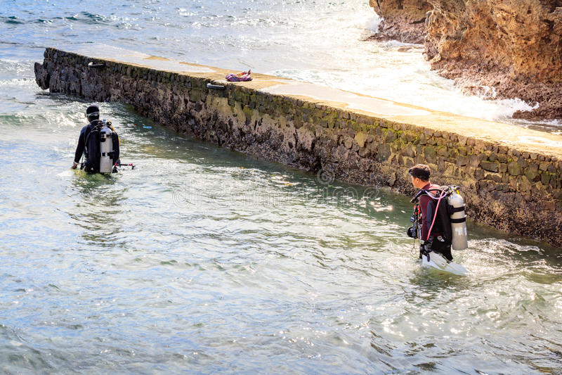 Водолаз акваланга на пути к воде 23-его июля 2017 в isla Lipo стоковые фото