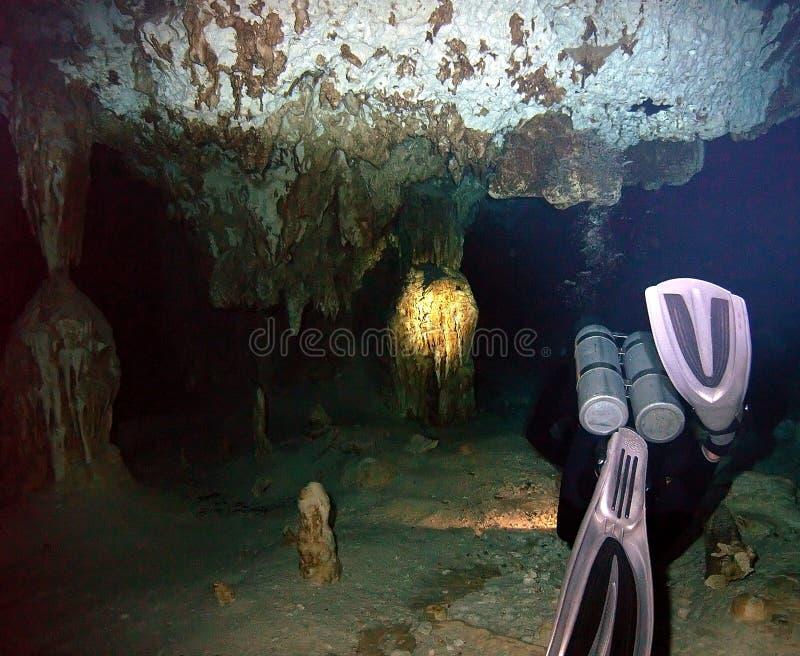 Водолаз входя в систему пещеры стоковая фотография rf