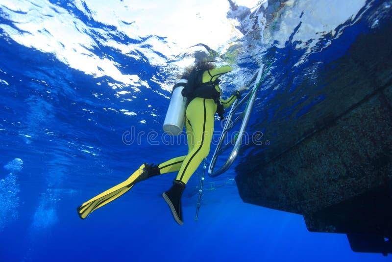 Водолаз и шлюпка акваланга стоковое изображение