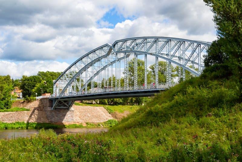 Во первых в мосте стального свода России на реке Msta стоковые фотографии rf
