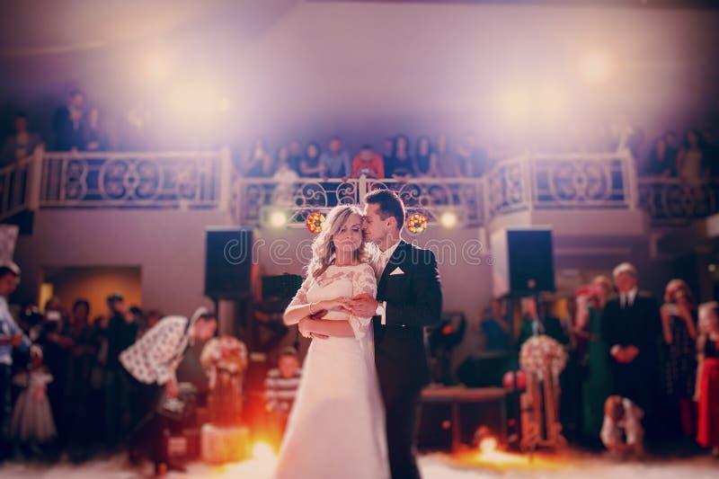 Во первых невеста танца в ресторане стоковая фотография