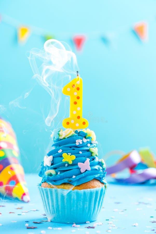 Во первых 1-ое пирожное дня рождения с свечой дует вне Модель-макет карточки стоковая фотография rf
