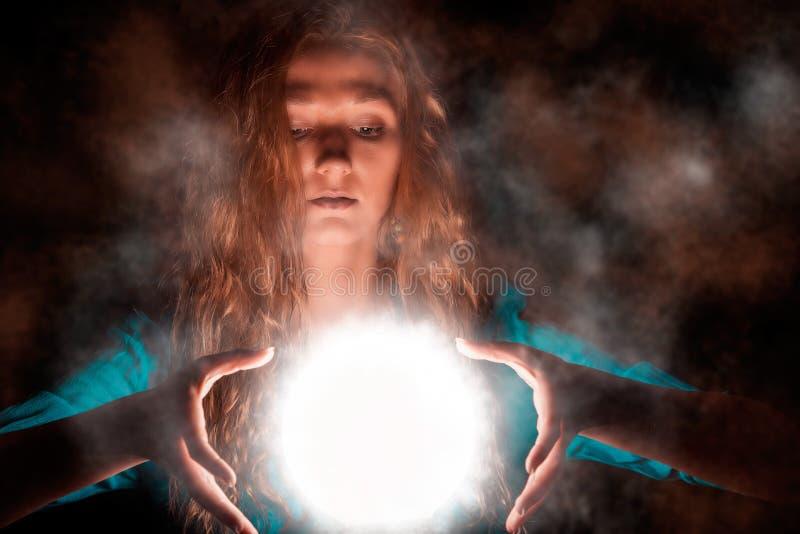 Волшебная женщина с светлой сферой стоковое изображение rf