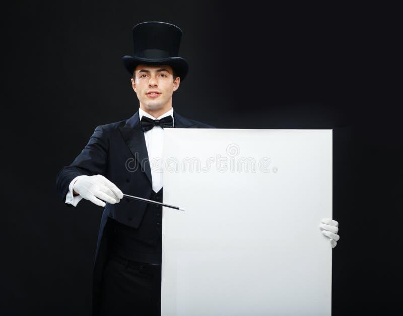 Волшебник в верхней шляпе с волшебным фокусом показа палочки стоковые изображения rf