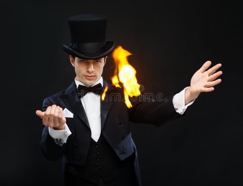 Волшебник в фокусе показа верхней шляпы с огнем стоковое фото rf