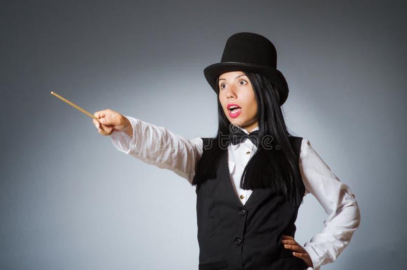 Волшебник женщины в смешной концепции стоковые фото