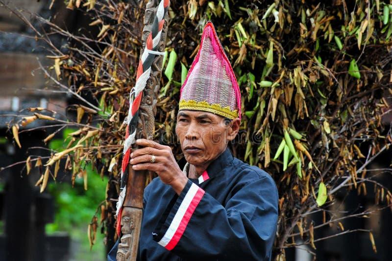 Волшебник Batak в традиционном церемониальном костюме стоковая фотография rf