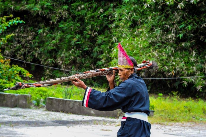 Волшебник Batak в традиционном церемониальном костюме стоковое фото rf