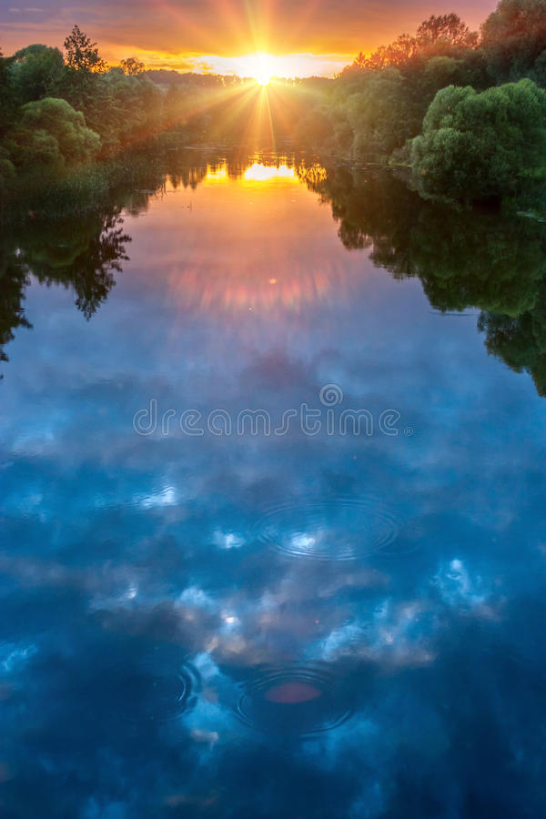 Волшебный заход солнца лета над рекой стоковое изображение rf