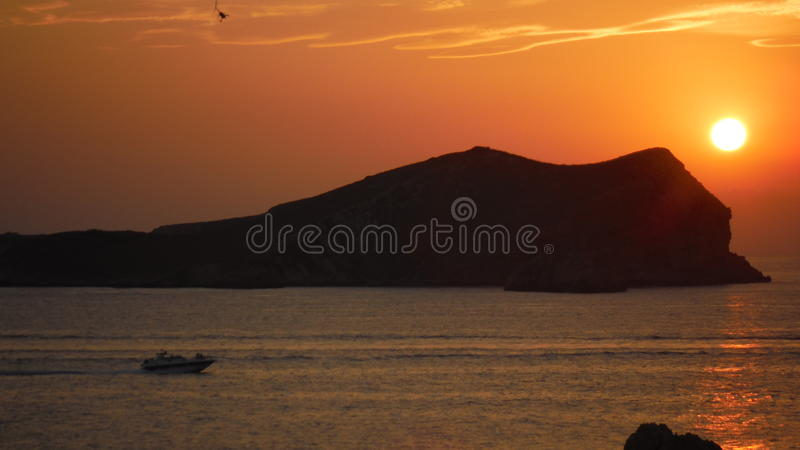 Волшебный заход солнца на острове стоковые изображения rf