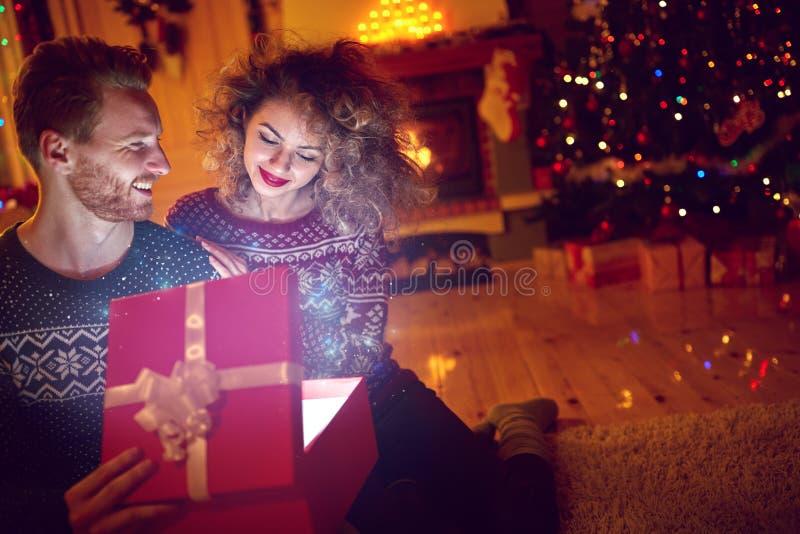 Волшебный подарок в коробке для рождества стоковая фотография rf