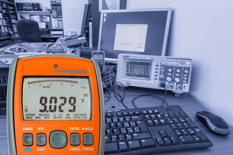 Вольтамперомметр на рабочем месте стоковое фото rf