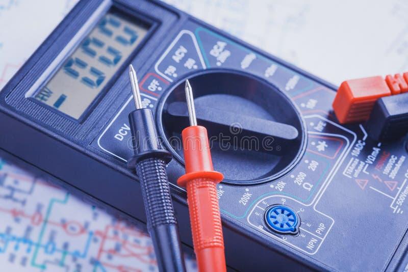 Вольтамперомметр на электрической цепи Конец-вверх стоковое изображение