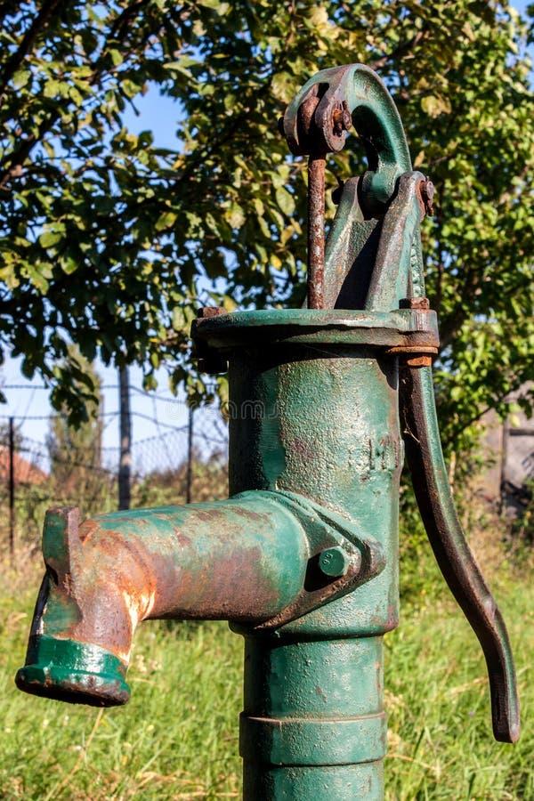 Водяная помпа старой руки стоковая фотография rf