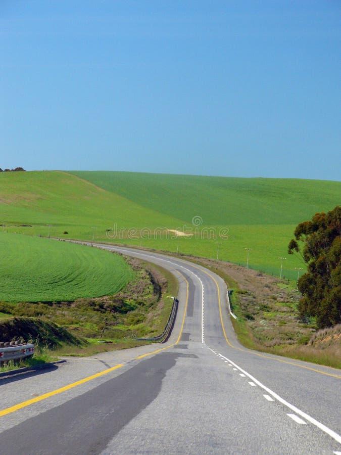 вперед cuving левая дорога к стоковые фото