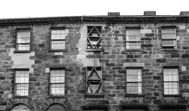 Впечатляющая архитектура Glasgows Past с старинным каменным покрытием работает с восстановленными оконными линтелями стоковая фотография