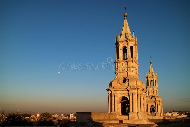 Впечатляющая колокольня собора базилики Arequipa с луной утра стоковые изображения rf
