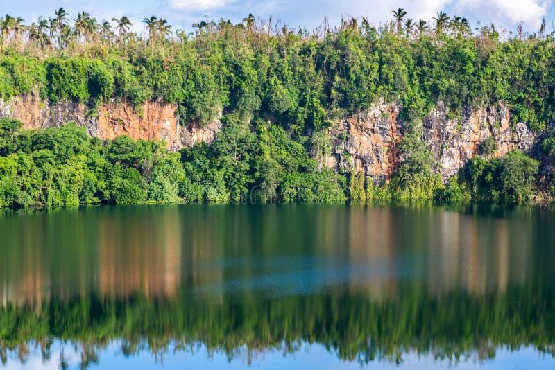 Впечатляющее вулканическое озеро Lalolalo кратера в острове Uvea Уоллиса, Уоллис и Футуна Уоллис-et-Футуны, полинезии, Океании стоковое изображение rf
