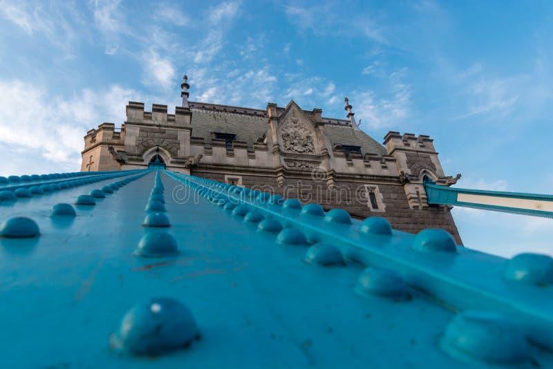 Впечатляющий взгляд низкого угла моста башни стоковые фотографии rf