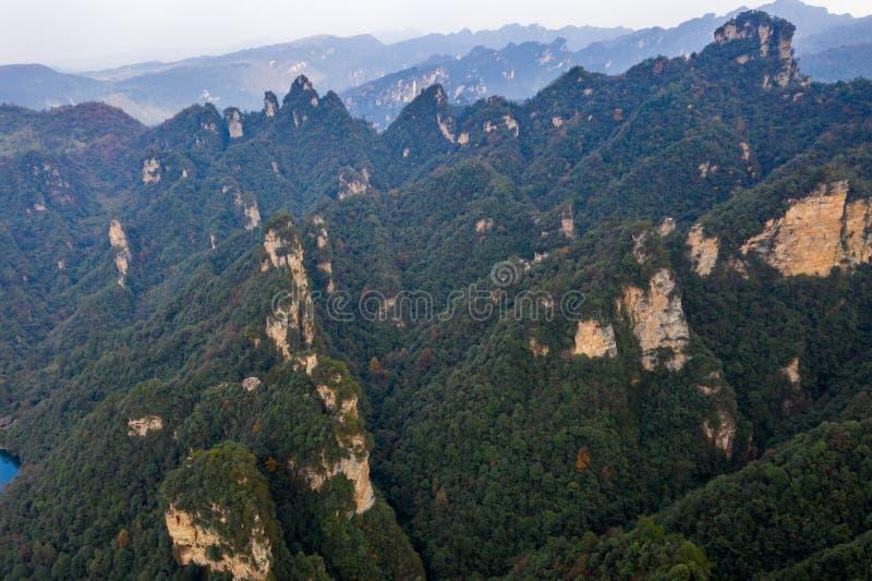 Впечатляющий гористый взгляд под пасмурной погодой в Китае стоковая фотография