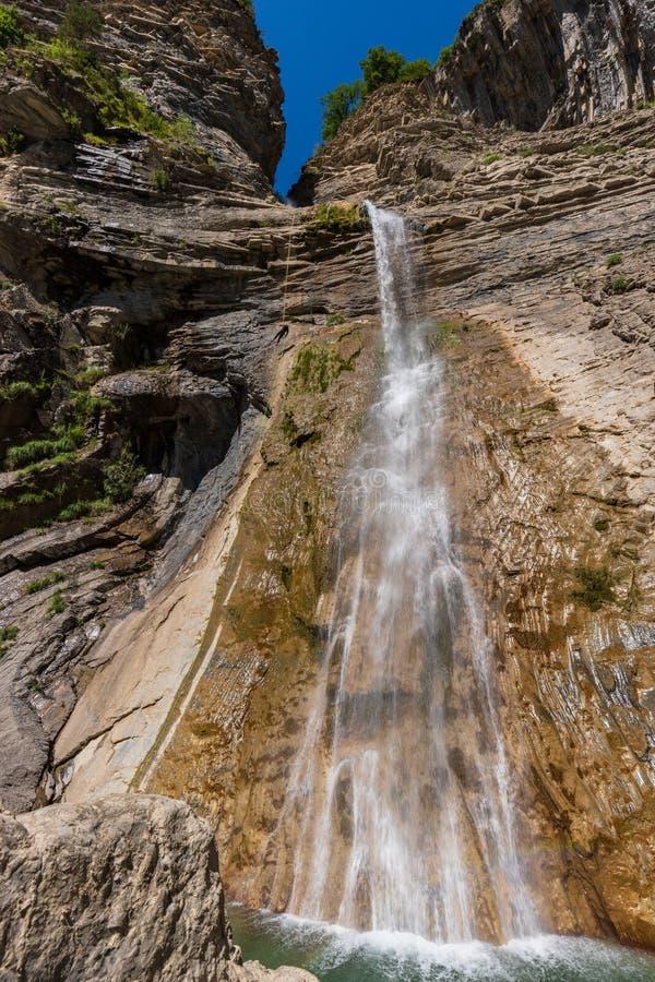 Впечатляющий очень высокий водопад в Испании стоковые изображения