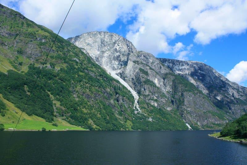Впечатляющий фьорд Nærøyfjord в Норвегии Скандинавии стоковая фотография rf