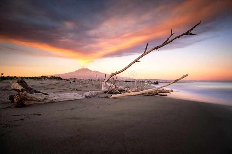 Впечатляющий шлейф вулканического пепла стоковое изображение rf