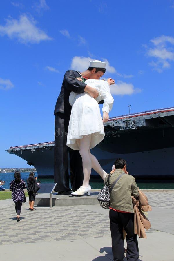 Впечатляющая статуя ` безоговорочной капитуляции `, расположенная на embarcadero, около музея USS на полпути, Калифорния, 2016 стоковая фотография rf