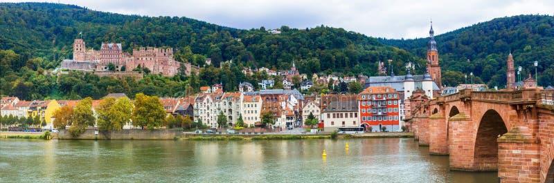 Впечатляющий средневековый городок Гейдельберг взгляд с известным замком и стоковое фото rf
