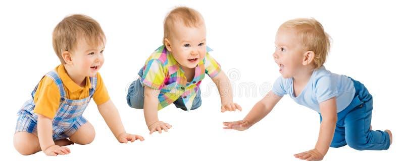 Вползая мальчики младенцев, младенческое ползание на всех fours, дети группы детей малышей на белизне стоковая фотография
