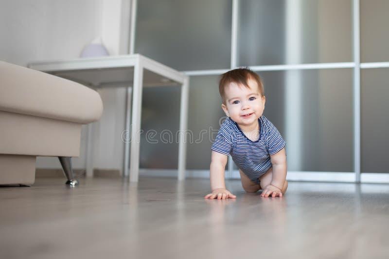 Вползая ребёнок дома стоковое фото