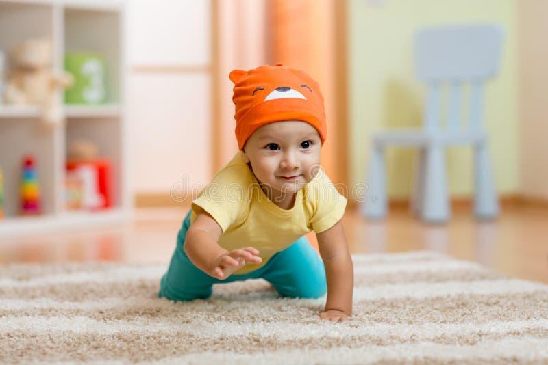 Вползая ребёнок дома на поле стоковые фотографии rf