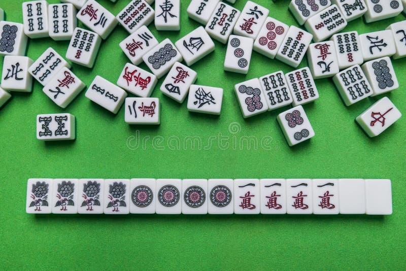 Вполне плиток Mahjong на зеленой предпосылке стоковая фотография rf