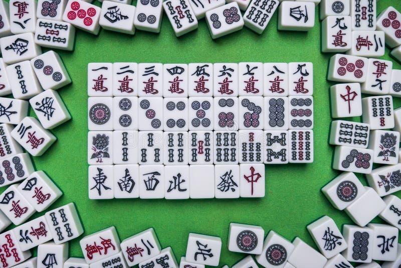 Вполне плиток Mahjong на зеленой предпосылке стоковые фотографии rf