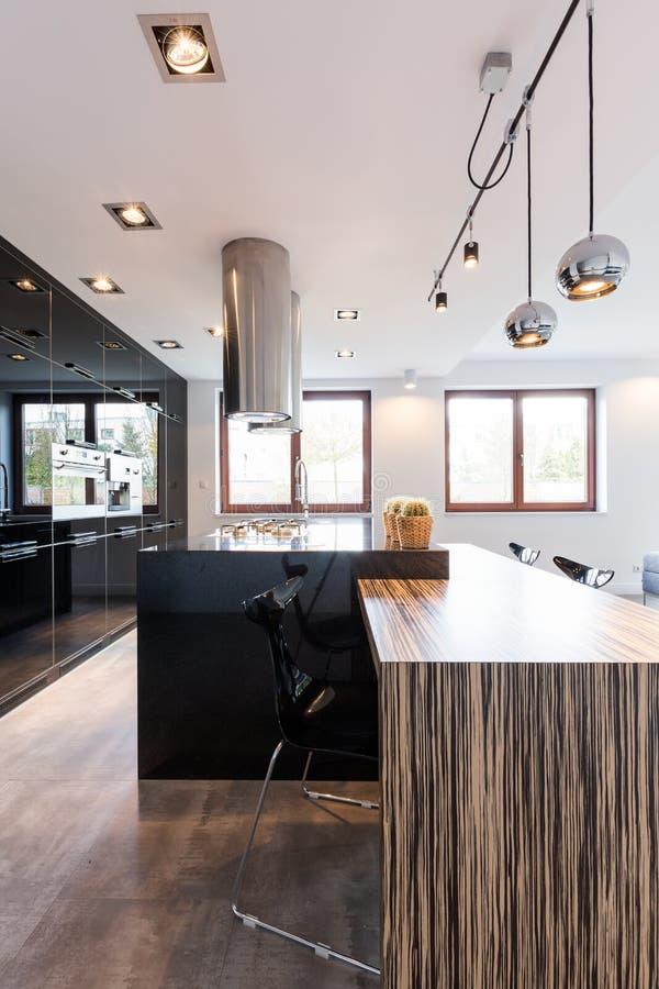 Вполне света и своих отражений на поверхностях кухни стоковые фотографии rf