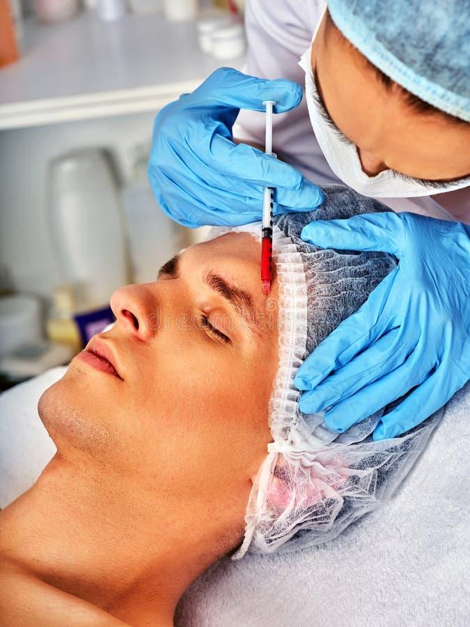 Впрыска заполнителя для мужской стороны Пластичная лицевая хирургия в клинике красоты стоковая фотография rf