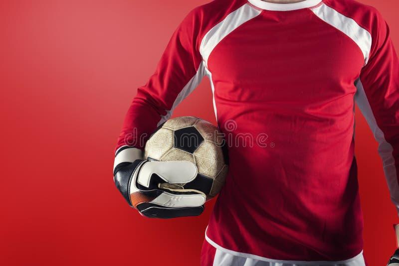 вратарь готов играть с мячом в руках стоковая фотография