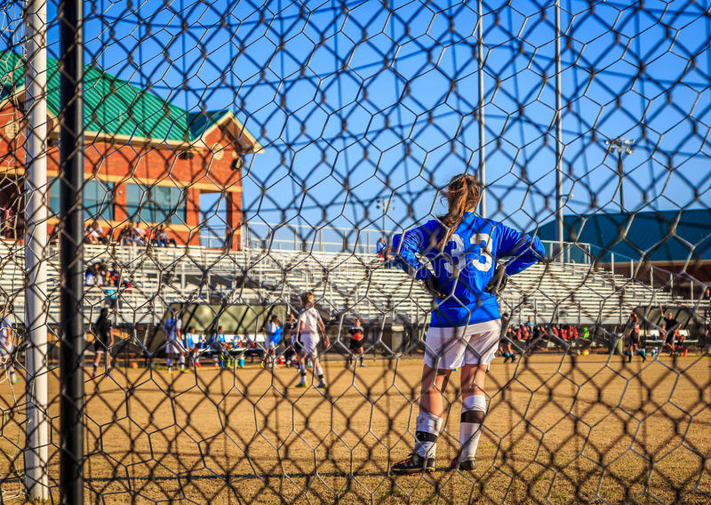 Вратарь футбола женский через загородку датчика стоковое изображение