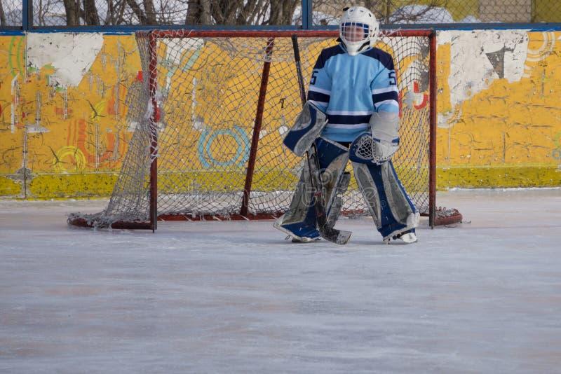 Вратарь хоккея на льде в запачканной стороне цели стоковые фотографии rf