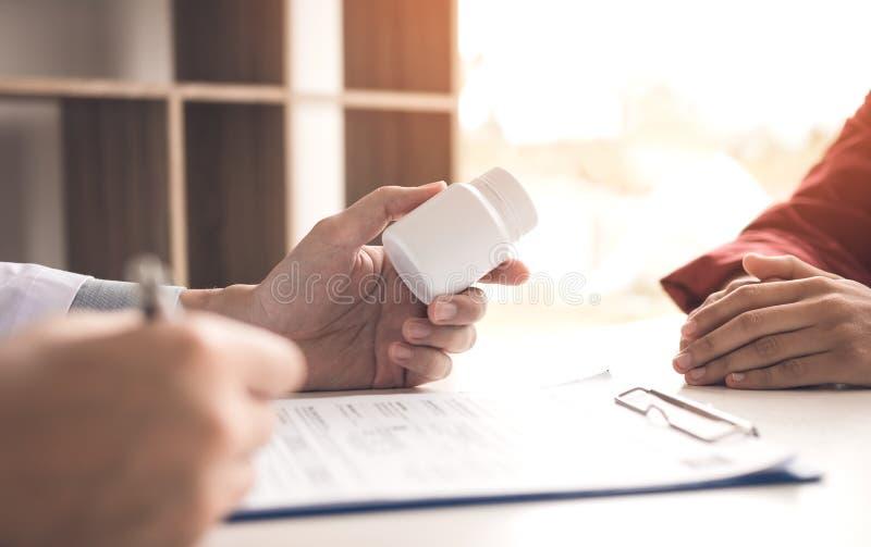 Врачуйте делает список лекарства к пациенту и опишите med стоковое изображение